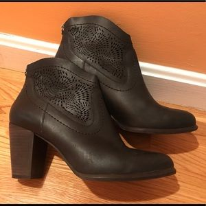 Women's Ugg black leather ankle boots, size 9 EUC